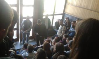 Asistent Vukan Lavadinović fotografiše lica studenata koji učestvuju u protestu